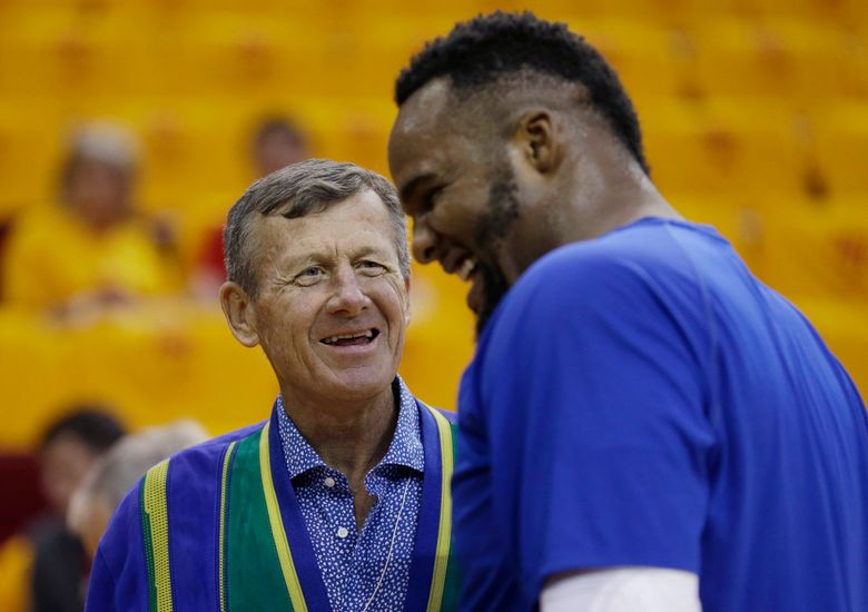 """FILE- In this May 12, 2015, file photo, broadcaster Craig Sager, left, talks with Los Angeles Clippers' Glen Davis, right, prior to Game 5 of the NBA basketball Western Conference semifinals against the Houston Rockets in Houston. Sager missed 11 months while undergoing treatment and a bone marrow transplant from his son before returning to his position on the sidelines during TNT's NBA coverage in March 2015. But he says in an HBO """"Real Sports"""" interview to debut Tuesday, March 22, 2016, that he learned last month that the cancer was no longer in remission. (AP Photo/David J. Phillip, File)"""