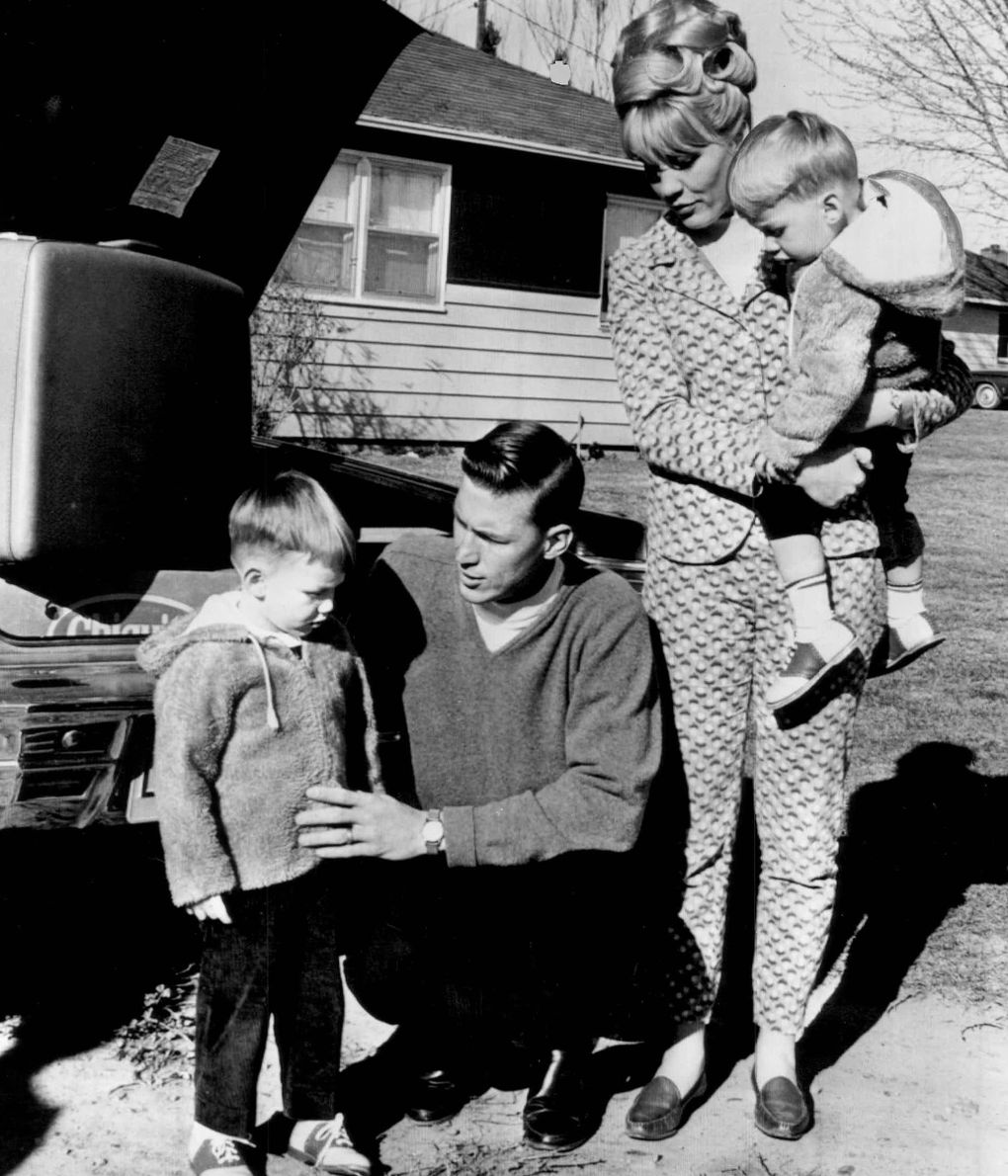 Mel Stottlemyre Sr., his wife Jean and two sons pack the family car in Mabton, Wash. — south of Yakima — before leaving for New York Yankees spring training. (Seattle Times archive)