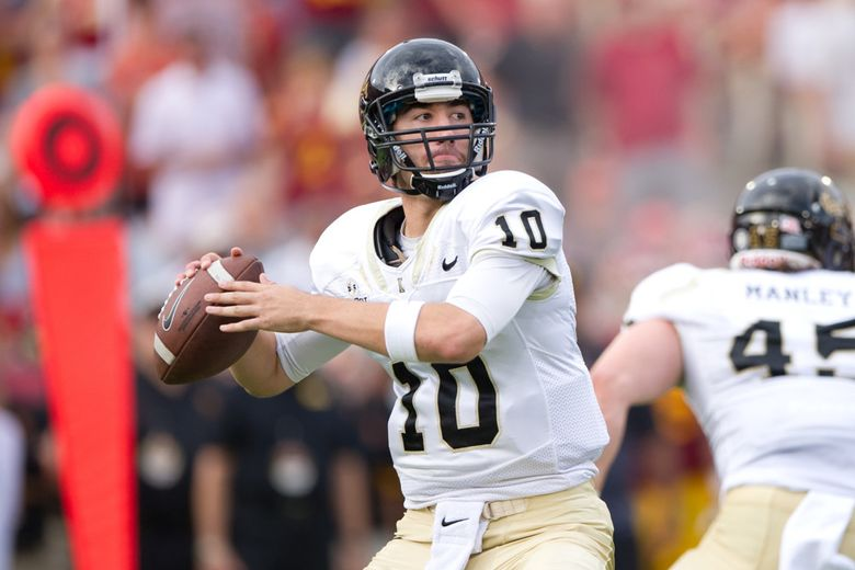 September 12 2015: Idaho Vandals quarterback Matt Linehan (10) drops back and looks to throw during the game between the USC Trojans and the Idaho Vandals at Los Angeles Memorial Coliseum in Los Angeles, CA.