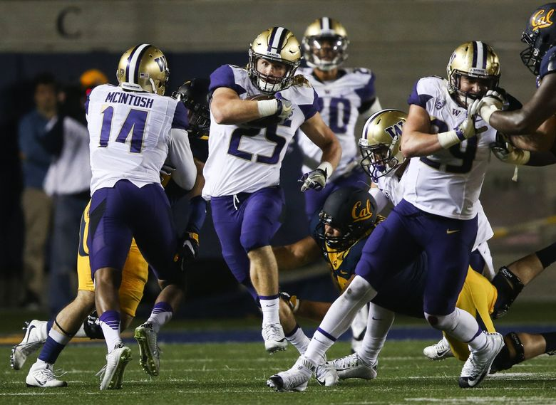 Washington Huskies linebacker Ben Burr-Kirven (25) runs the ball back after making an interception in the third quarter against Cal.  (Johnny Andrews / The Seattle Times)