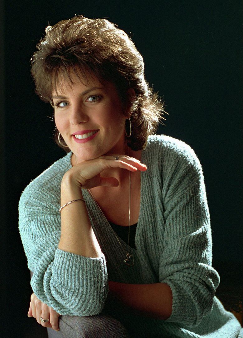 """FILE – In this Sept. 27, 1995, file photo, Holly Dunn poses for a photo in Nashville. Dunn, a San Antonio native who had a hit in 1986 with """"Daddy's Hands,"""" about her minister father, has died. She was 59. Dunn died in hospice care in Albuquerque, N.M., according to June Keys, the gallery manager at Pena-Dunn gallery in Santa Fe, where Dunn's paintings were displayed. (AP Photo/Mark Humphrey, File)"""