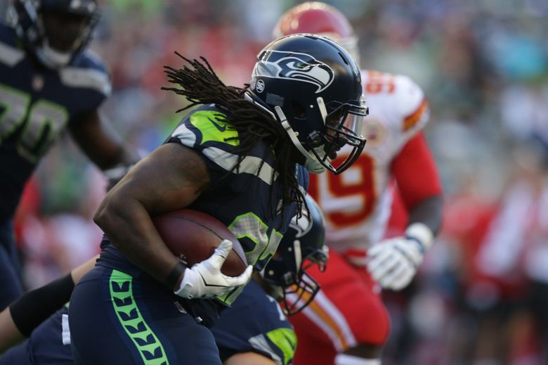Seahawks running back Eddie Lacy rushes for ten yards and a first down as the Seattle Seahawks take on the Kansas City Chiefs. (Bettina Hansen / The Seattle Times)