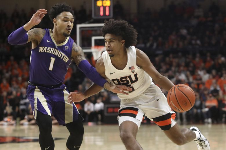 Oregon State's Ethan Thompson, right, is guarded by Washington's David Crisp (1) during the first half in Corvallis, Ore., Saturday, Jan. 26, 2019. (Amanda Loman / The Associated Press)