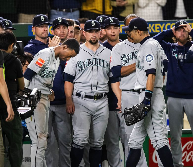 Dee Gordon bows to Ichiro as the Mariners slugger comes out of the game in the eighth inning Thursday. (Dean Rutz / The Seattle Times)