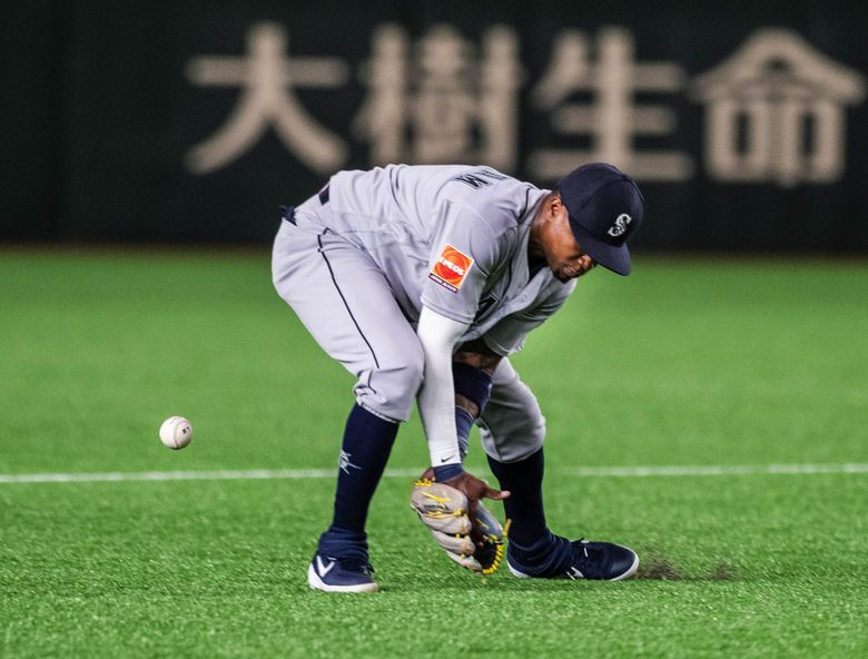 Tim Beckham's error in the 4th loads the bases for Yomiuri.  The Seattle Mariners played the Yomiuri Giants of Japan in an exhibition game Sunday, March 17, 2019 at the Tokyo Dome in Japan. 209650 (Dean Rutz / The Seattle Times)
