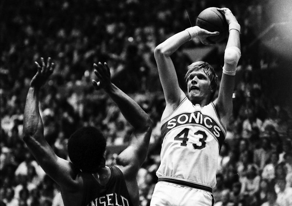 Sonics center Jack Sikma shoots over the Bullets' Wes Unseld during the 1979 NBA Finals. (Bruce McKim / The Seattle Times)
